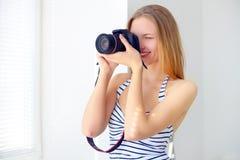 Muchacha atractiva con la cámara digital Foto de archivo libre de regalías
