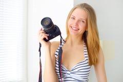Muchacha atractiva con la cámara digital Imágenes de archivo libres de regalías