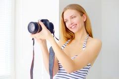 Muchacha atractiva con la cámara digital Imagen de archivo