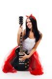 Muchacha atractiva con la guitarra y los claxones negros imagen de archivo libre de regalías
