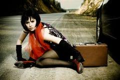 Muchacha atractiva con la maleta cerca del coche Imagen de archivo