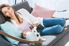 muchacha atractiva con la sentada del perro del terrier de Russell del enchufe fotos de archivo