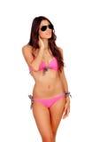 Muchacha atractiva con las gafas de sol y el bikini rosado Fotografía de archivo libre de regalías