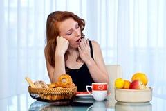 Muchacha atractiva con las pecas que come el desayuno Fotos de archivo