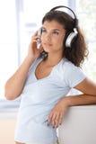Muchacha atractiva con los auriculares Foto de archivo libre de regalías