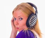 Muchacha atractiva con los auriculares imágenes de archivo libres de regalías