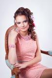 Muchacha atractiva con los ornamentos en el soutache del arte en un dre rosado Imágenes de archivo libres de regalías