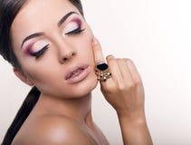 Muchacha atractiva con maquillaje brillante con el anillo Foto de archivo libre de regalías