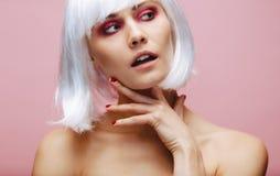 Muchacha atractiva con maquillaje profesional y la peluca fotos de archivo