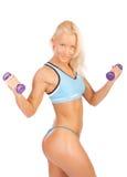 Muchacha atractiva con pesas de gimnasia Fotografía de archivo