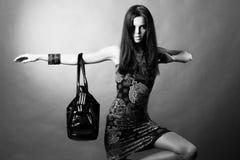 Muchacha atractiva con un bolso Fotos de archivo