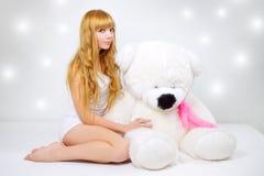 Muchacha atractiva con un oso de peluche Fotos de archivo libres de regalías