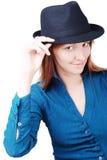Muchacha atractiva con un sombrero en la pista foto de archivo