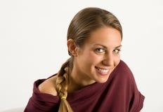 Muchacha atractiva con una sonrisa amistosa preciosa Imagenes de archivo