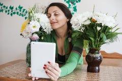 Muchacha atractiva con una tableta Imagen de archivo libre de regalías