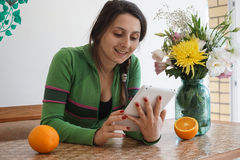 Muchacha atractiva con una tableta Foto de archivo