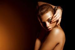 Muchacha atractiva de la belleza con el peinado agradable del maquillaje y del cortocircuito Fotos de archivo