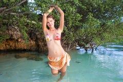 Muchacha atractiva de la foto que presenta el bikini de la playa del mar Verano al aire libre modelo sonriente de Spending Chill  Imagen de archivo libre de regalías