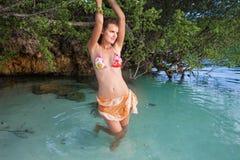 Muchacha atractiva de la foto que presenta el bikini de la playa del mar Verano al aire libre sonriente del tiempo de la frialdad Fotos de archivo