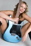 Muchacha atractiva de la guitarra Imagen de archivo libre de regalías
