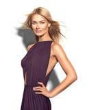 Muchacha atractiva de la moda que lleva el vestido oscuro Fotografía de archivo