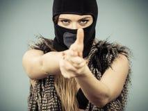 Muchacha atractiva de la mujer en pasamontañas, crimen y violencia Fotos de archivo