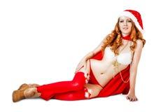 Muchacha atractiva de la Navidad en el sombrero y el bikini rojos de santa Fotografía de archivo