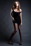 muchacha atractiva de moda en alineada negra corta Fotos de archivo libres de regalías