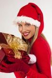 Muchacha atractiva de Santa con el presente Imagen de archivo