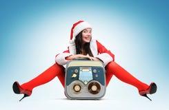 Muchacha atractiva de Santa con el registrador de cinta de la vendimia Imagenes de archivo