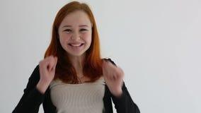 Muchacha atractiva del adolescente que anima y alegre Cámara lenta almacen de video