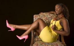 Muchacha atractiva del African-American en silla imágenes de archivo libres de regalías