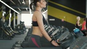 Muchacha atractiva del ajuste que activa en gimnasio almacen de video