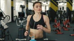 Muchacha atractiva del ajuste que activa en gimnasio almacen de metraje de vídeo