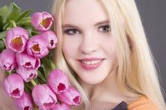 Muchacha atractiva del blondie con los tulipanes Foto de archivo libre de regalías