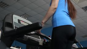 muchacha atractiva del club de fitness contratada a caminar La muchacha en la rueda de ardilla va, carga cardiia fortalecer los m almacen de video