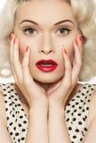 Muchacha atractiva del contacto-para arriba con el maquillaje retro, manicura roja Imagenes de archivo