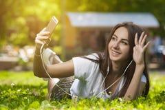 Muchacha atractiva del estudiante en aire libre del parque fotografía de archivo