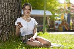 Muchacha atractiva del estudiante en aire libre del parque fotos de archivo
