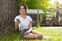 Muchacha atractiva del estudiante en aire libre del parque foto de archivo