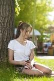 Muchacha atractiva del estudiante en aire libre del parque foto de archivo libre de regalías