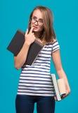 Muchacha atractiva del estudiante en vidrios con los libros Fotografía de archivo libre de regalías