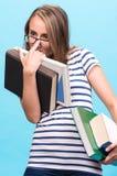 Muchacha atractiva del estudiante en vidrios con los libros Foto de archivo