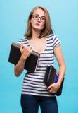 Muchacha atractiva del estudiante en vidrios con los libros Imagen de archivo