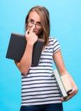 Muchacha atractiva del estudiante en vidrios con los libros Fotografía de archivo