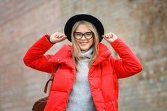 Muchacha atractiva del inconformista en sombrero Fotos de archivo libres de regalías