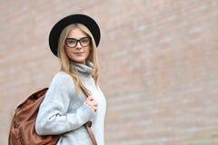Muchacha atractiva del inconformista en sombrero con la mochila Fotografía de archivo libre de regalías