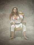 Muchacha atractiva del judo que se sienta en el sofá fotos de archivo