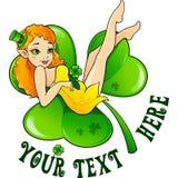 Muchacha atractiva del leprechaun en la hoja verde grande del trébol Imágenes de archivo libres de regalías