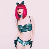Muchacha atractiva del minino en la moda de Moulin Rouge del estilo Fotos de archivo